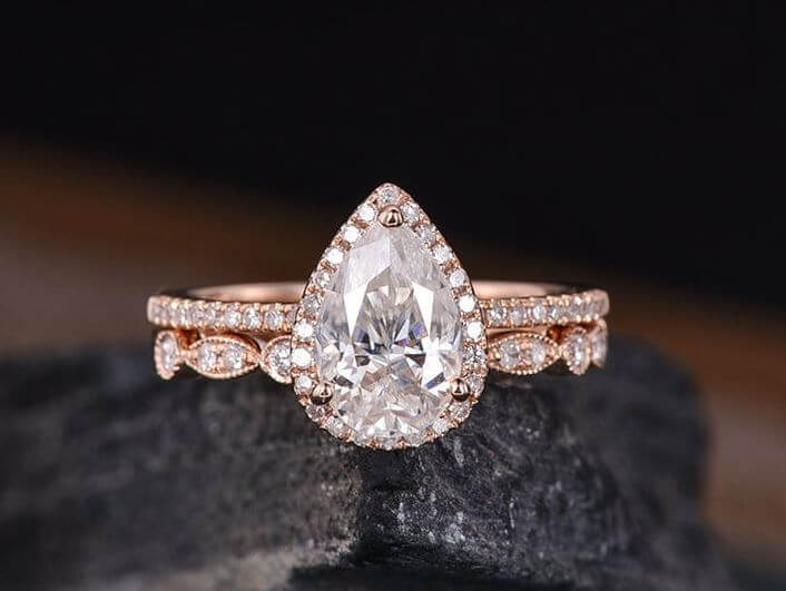 Choosing the right style for your pear-shaped diamond